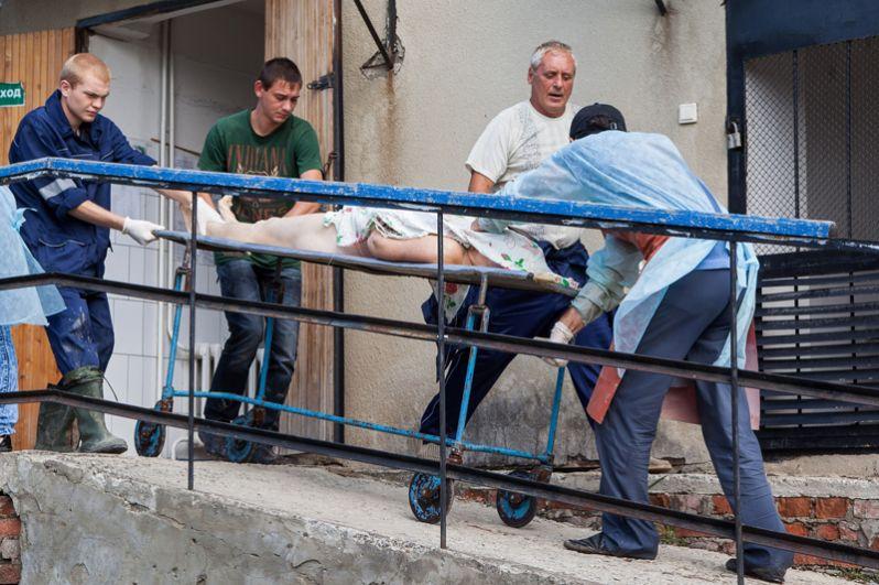 Опознание жертв наводнения в морге Крымска.