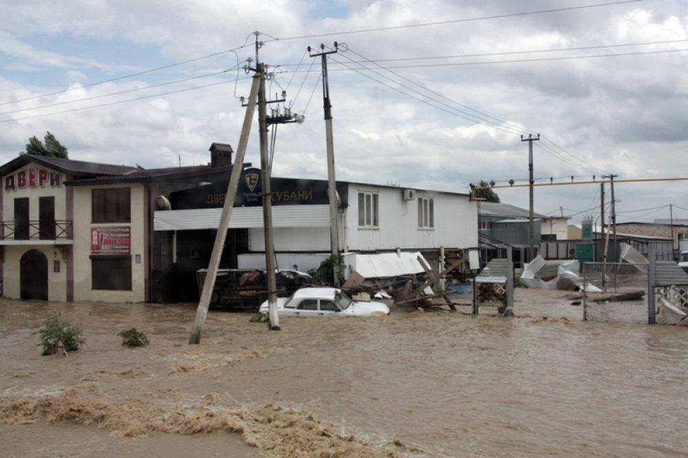 В Крымске полностью разрушенными оказались 96 домов. Сотрудникам МЧС удалось спасти из зоны затопления 872 человека.