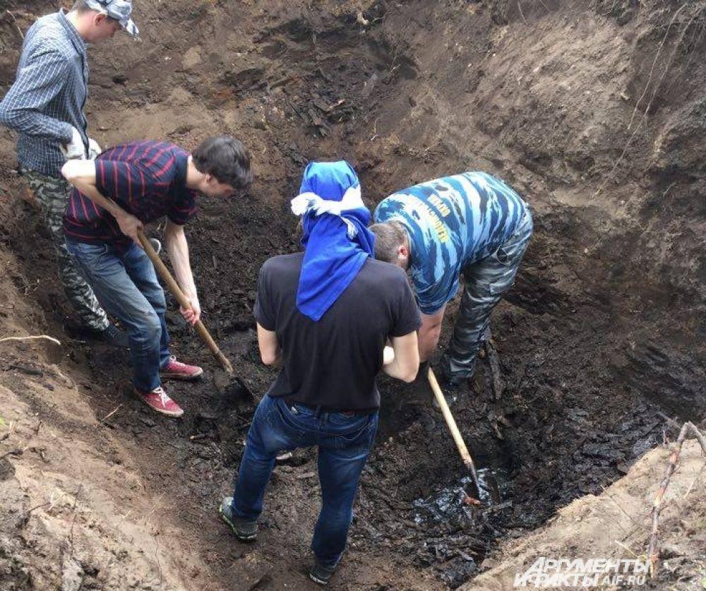 Во второй день лопатами удалось дойти до глубины 2,5 метра.