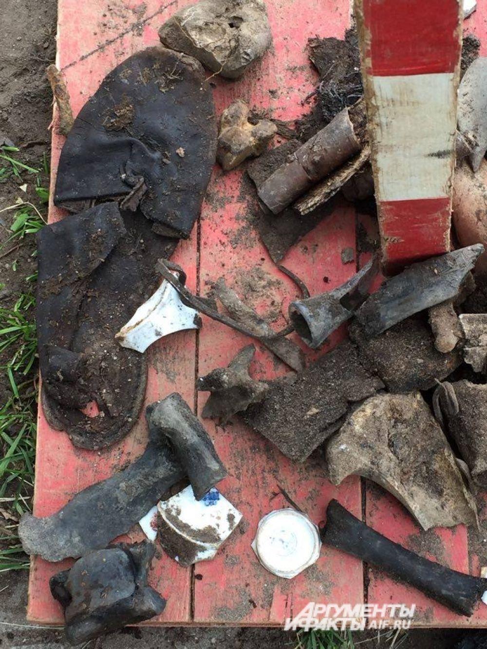 Археологи нашли обувь, части одежды, монеты.
