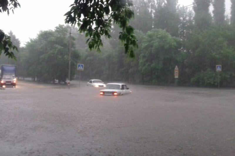 Машины переплывают улицу.