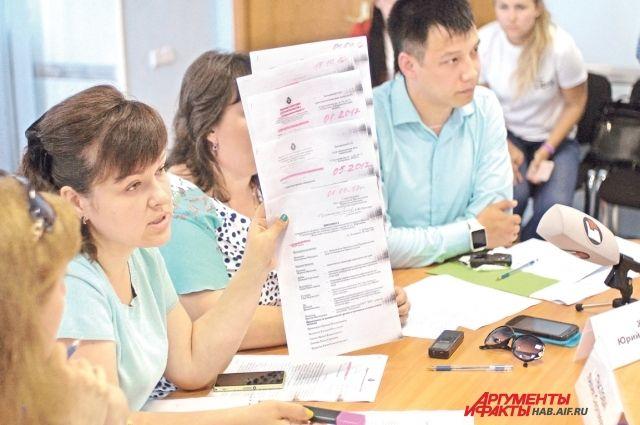 Наталья Прокопенко демонстрирует часть бумаг, накопившихся за три с лишним года переписки с различными ведомствами.