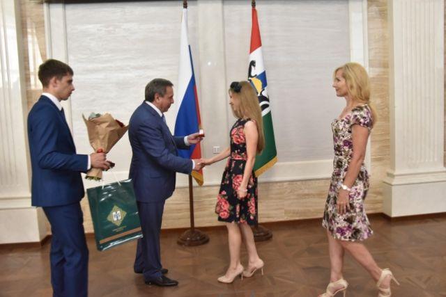 Губернатор вручил медали лучшим выпускникам