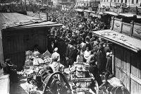 Москва, Сухаревский рынок, 1928 г. На «чёрной бирже» золотой червонец стоил 18 рублей.
