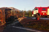 Сразу после столкновения автобус загорелся.
