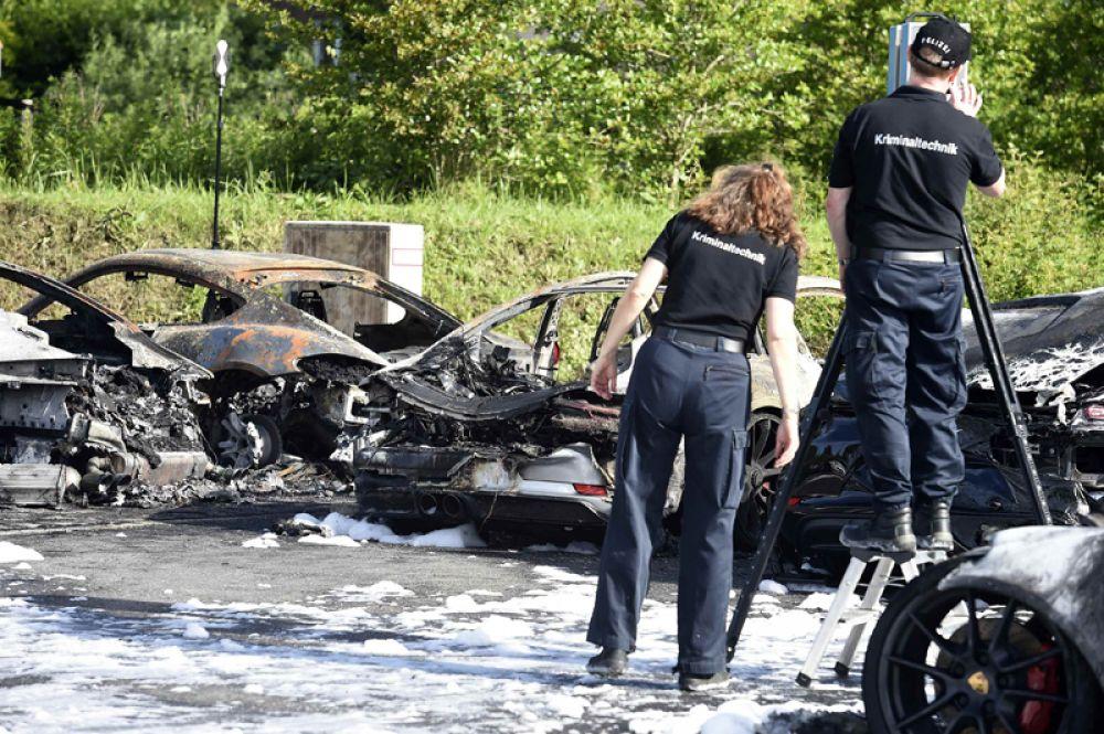 Сгоревшие автомобили Porsche на парковке у автосалона.