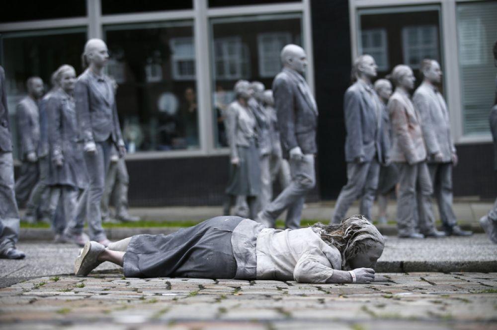 Участники демонстрации «1000 фигур» перед предстоящим саммитом G20 в Гамбурге.