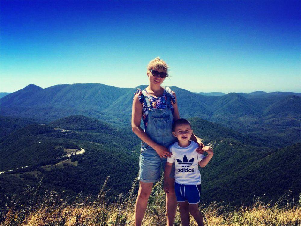Альбина Аюбова с сыном Давди в Сочи этим летом.