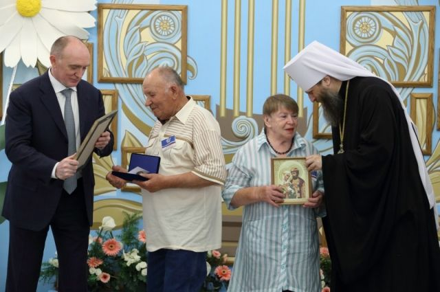 Дубровский наградил 16 семей изЧелябинска наградами «Залюбовь иверность»