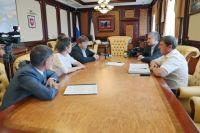 Глава Крыма Сергей Аксёнов на встрече с депутатом регионального парламента области Венето Стефано Вальдегамбери.