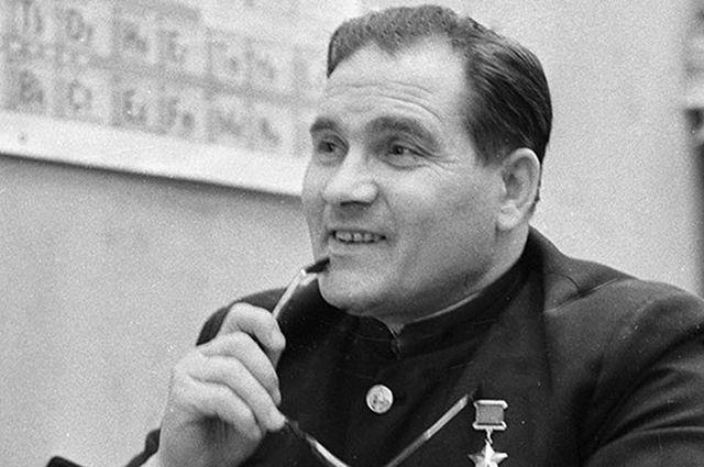 После присвоения звания Героя Советского Союза Девятаев много общался с молодежью, ездил на встречи с другими участниками побега.
