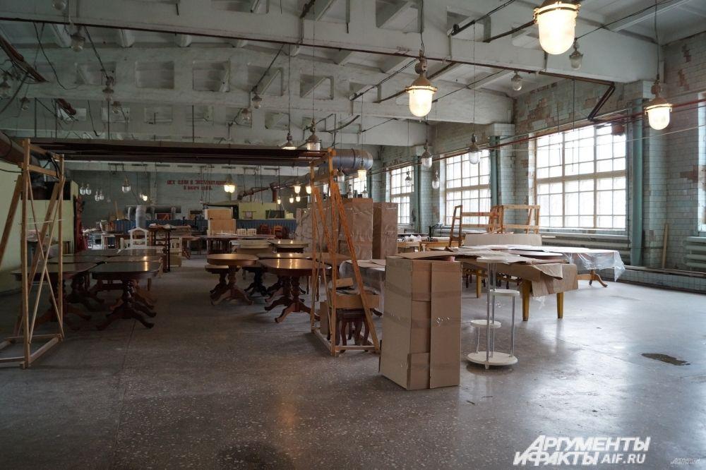 На мебельной фабрике.
