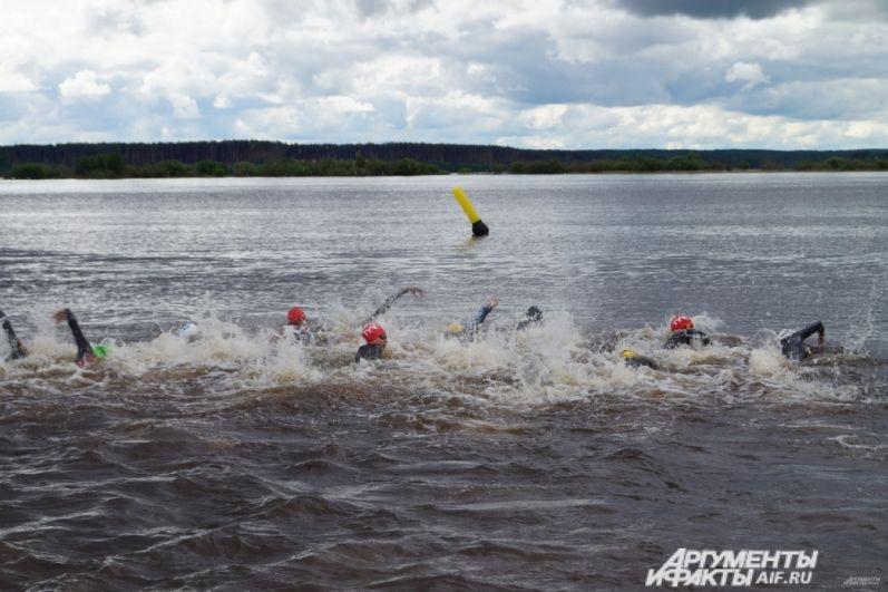 Заплыв спортсменов.
