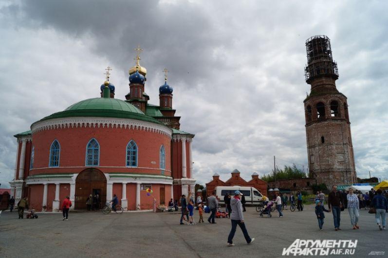 Спасо-Преображенский собор с отдельно стоящей колокольней, которая в народе получила название местной Пизанской башней, потому что также наклонилась.