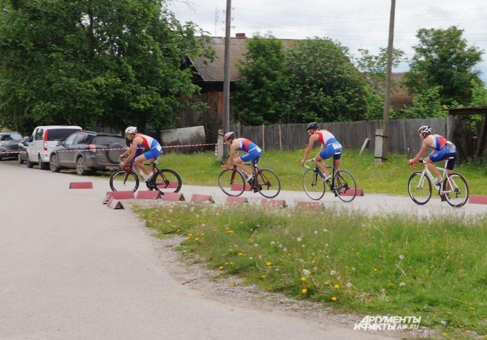 Спортсмены шли колесо в колесо.