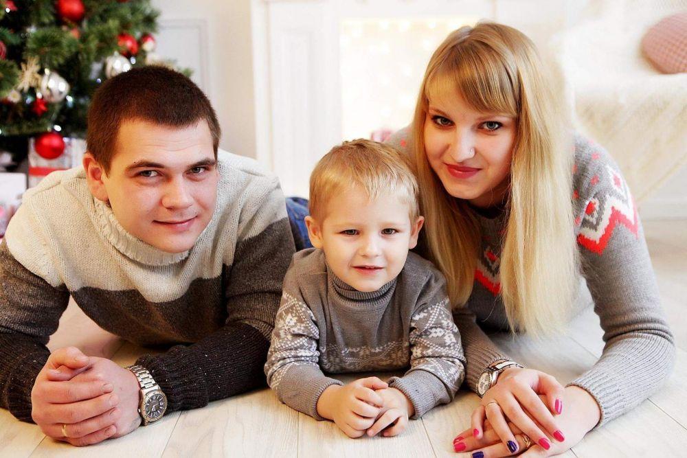 Наша дружная семья состоит из 3-х человек: мама Алёна, папа Рома и сыночек Артёмушка! У нас есть семейная традиция - это праздники, которые мы всегда проводим вместе.  Любим смотреть мультики, готовить сладости и активно проводить свободное время! Наша мечта - путешествовать по миру! Алена Шатунова