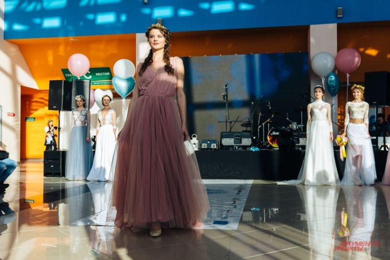 Кто сказал, что платье должно быть белым? Все больше невест предпочитают насыщенные оттенки - от пепельно-розового до ярко-красного.