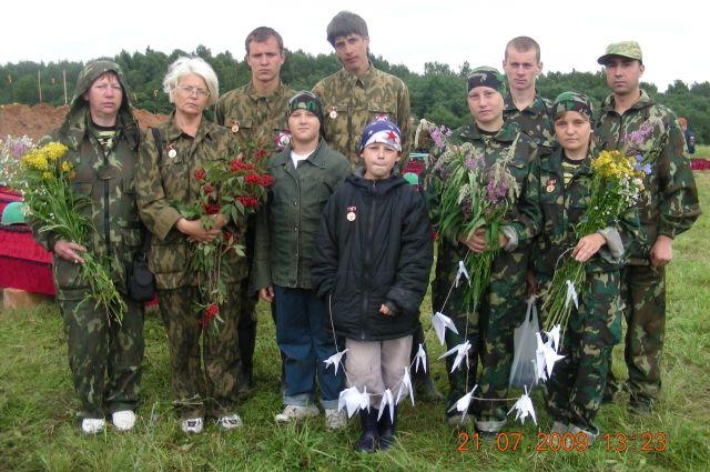 Поисковый отряд из Омска в экспедиции на могиле уже поднятых солдат.