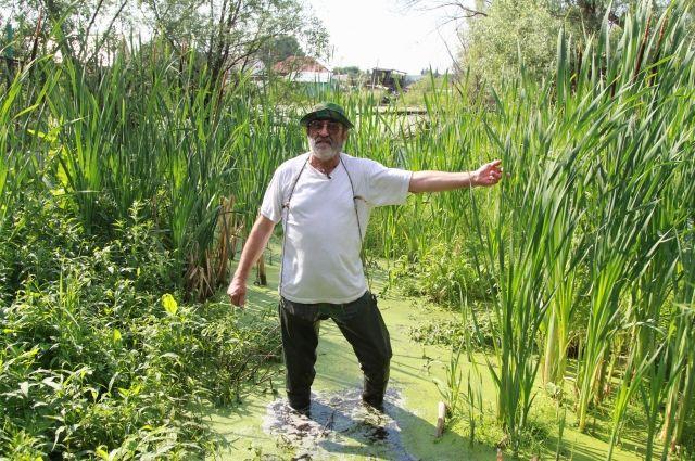 Местный житель Николай Самок не винит озеро, а борется за его возрождение.
