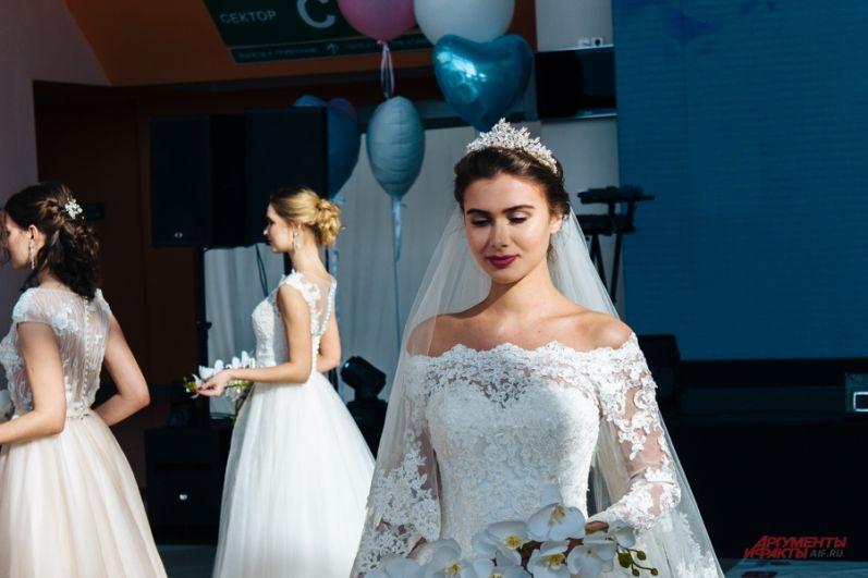 Кстати, в этом сезоне некоторые дизайнеры также предлагают дополнять платье накидками.