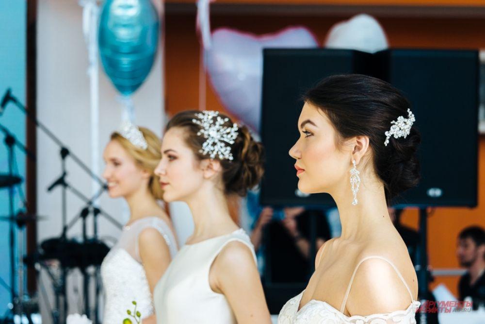 Выбирайте платья с открытыми плечами, этим вы подчеркнете свою женственность и элегантность.
