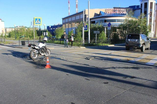 В Салехарде мотоциклист получил травмы, столкнувшись с легковушкой