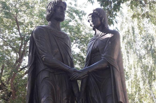 Памятник святым покровителям семьи и брака установлен в Омске в 2011 году.