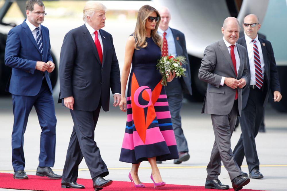Президент США Дональд Трамп, первая леди Мелания Трамп и мэр Гамбурга Олаф Шольц в аэропорту Гамбурга.