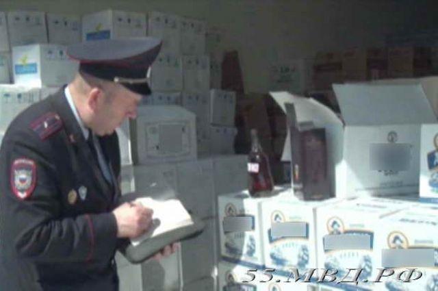 Полицейские описывают и изымают незаконную продукцию.