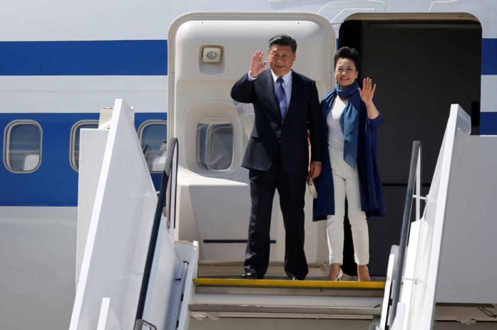 Президент Китая Си Цзиньпин и его жена Пэн Лиюань во время прибытия на саммит G 20 в Гамбурге.