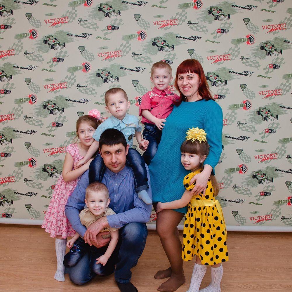 Семья – это счастье, любовь и удача,  Семья – это летом поездки на дачу.  Семья – это праздник, семейные даты,  Подарки, покупки, приятные траты.  Рождение детей, первый шаг, первый лепет,  Мечты о хорошем, волнение и трепет.  Семья – это труд, друг о друге забота,  Семья – это много домашней работы.  Семья – это важно!  Семья – это сложно!  Но счастливо жить одному невозможно!  Всегда будьте вместе, любовь берегите,  Обиды и ссоры подальше гоните,  Хочу, чтоб про нас говорили друзья:  Какая хорошая Ваша семья! Семья Цупенковых.