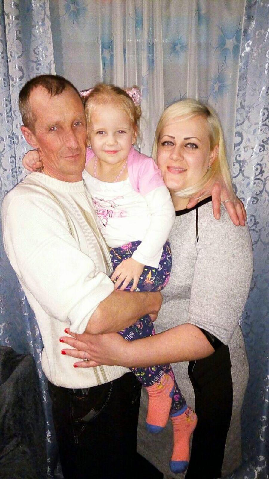 Поцелует мама в щёчку и счастливой станет дочка. Приобнимет дядя   чуть — распирает счастьем грудь. Скажет мама : «Ты красива!,»-  И уже хожу счастливой, И, как шарик я, воздушный! Как для счастья мало нужно. Титовы Варвара(4 года), Евгения Валерьевна, Дядя Дмитрий.