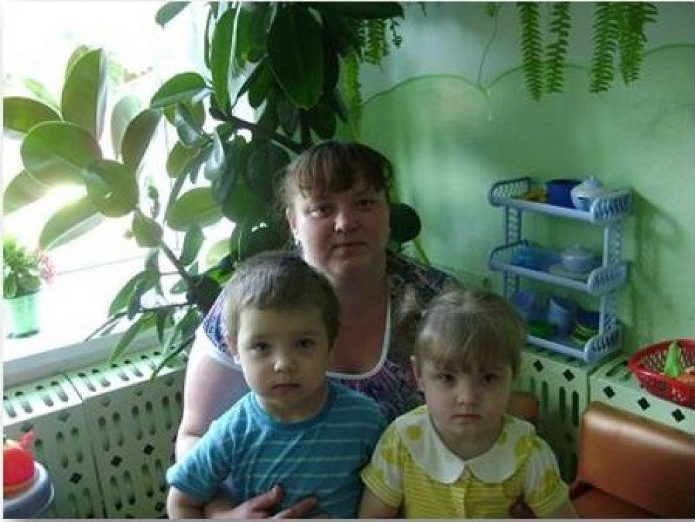 Каверзины Денис и Анна (3 года), Юлия Юрьевна и Владимир Владимирович. Такие ка мы у мамы одни, потому что двойняшки мы. У нас есть ещё сестрёнки две, две бабушки и много родни.
