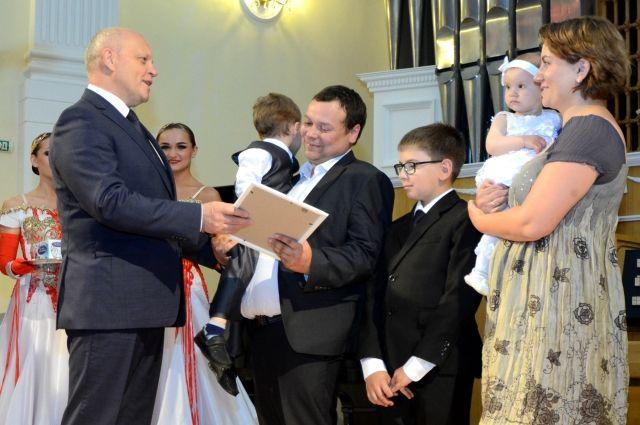 Виктор Назаров в канун Дня любви, семьи и верности пообщался с омскими семьями.