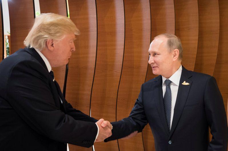 Президент США Дональд Трамп и президент России Владимир Путин пожимают друг другу руки во время саммита G20 в Гамбурге.