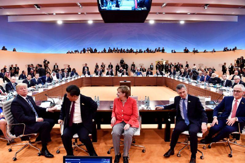 Слева направо: президент США Дональд Трамп, президент Китая Си Цзиньпин, канцлер Германии Ангела Меркель, президент Аргентины Маурисио Макри и премьер-министр Австралии Малкольм Тернбулл в начале первой рабочей встречи на саммите G20 в Гамбурге.