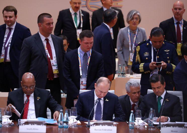 Президент Южной Африки Якоб Зума, президент России Владимир Путин и президент Мексики Энрике Пена Ньето во время рабочей встречи на саммите лидеров «большой двадцатки».