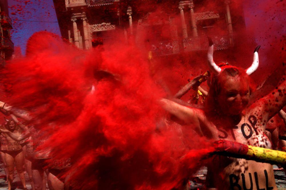 5 июля. Защитники прав животных на акции протеста за день до начала знаменитых бегов с быками на фестивале Сан-Фермин в Памплоне.