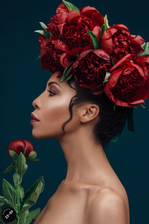 Телеведущая Каролина Ашион примеряла венок из колоритных пионов. Эти цветы в украинской традиции символизируют женскую красоту и мудрость, а вместе с мальвами и розами обрекают свою обладательницу на веру, надежду, любовь и благополучие во всех жизненных сферах