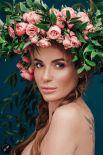 Певица Слава Каминская позирует в венке из розы-ружи. Ружа символизирует саму жизнь: зелень – это радость, колючки – печаль, а цветы – это слава