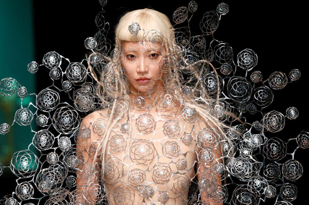 3 июля. Модель на показе дизайнера Ирис Ван Херпена в рамках недели моды в Париже.