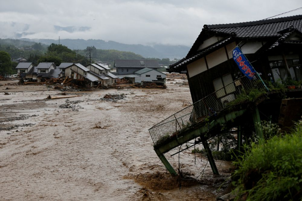 7 июля. Разрушенные дома в районе, пострадавшем от тайфуна, в Японии.