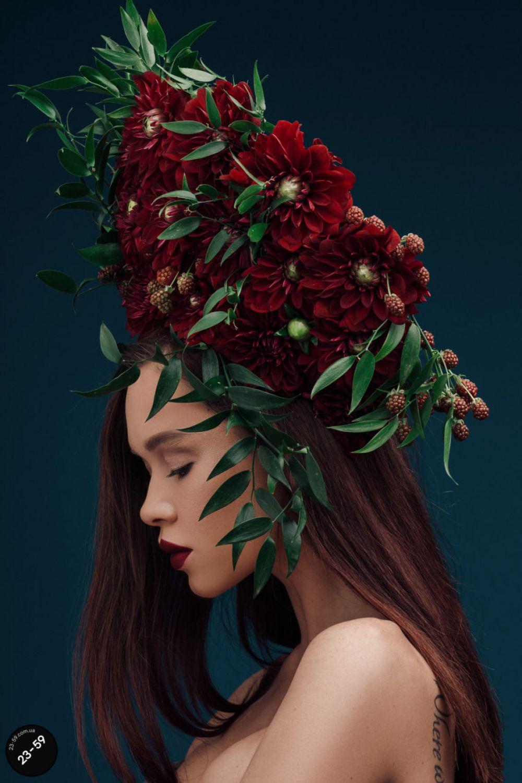 Хрупкая певица Мария Яремчук предстала в роскошном венке из георгин, которые являются символом успеха, жизненной силы и осознания собственного достоинства