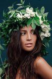 А это певица Санты Димопулос в венке из купальских трав, которые являются синонимом здоровья, молодости, красоты