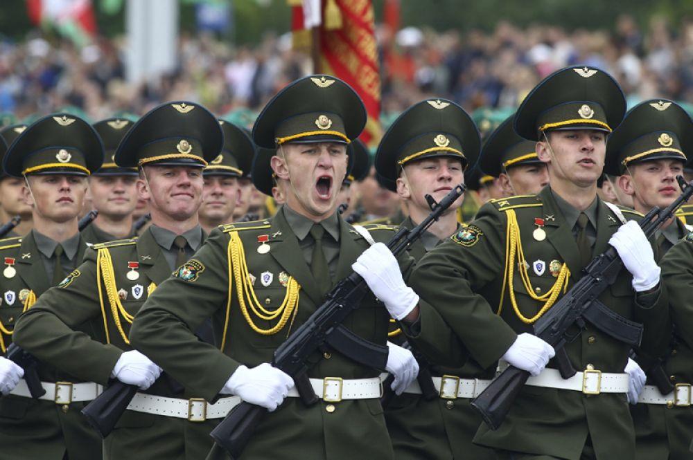 3 июля. Белорусские военнослужащие во время военного парада в часть празднования Дня Независимости в Минске.