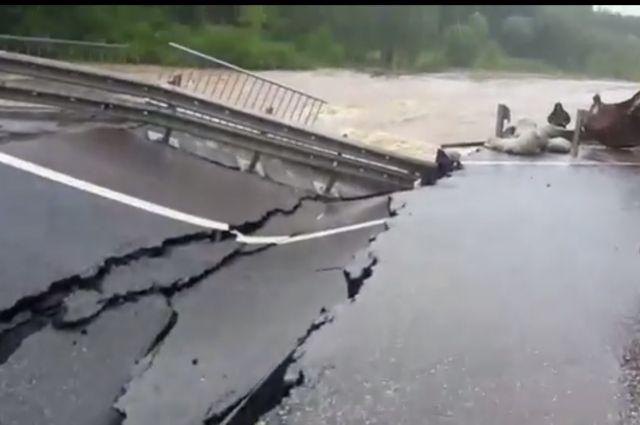 Дорожное полотно провалилось по всей ширине полосы.