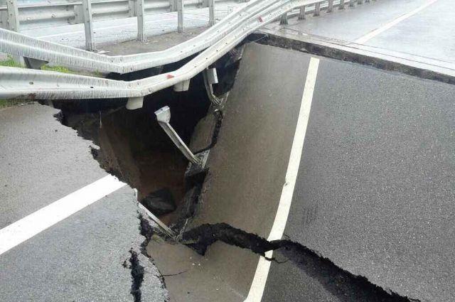 Специалисты оценивают степень разрушения переходных плит между насыпью и мостовым переходом