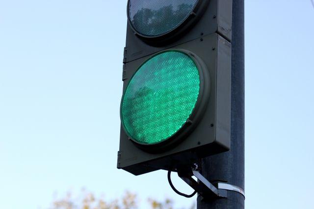 Мотоциклист проехал на зелёный, но водитель иномарки не уступил ему и совершил столкновение.