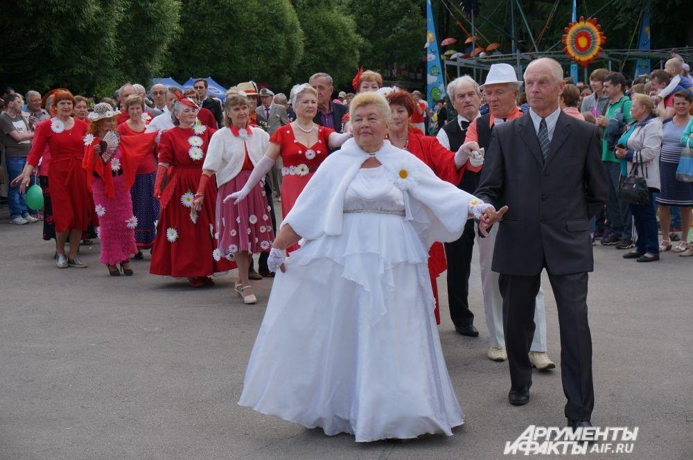 Пенсионеры, одетые в яркие костюмы, исполнили полонез