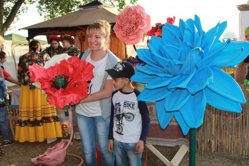 На память о фестивале можно было приобрести эксклюзивные сувениры с выставки мастеров декоративно – прикладного искусства и лично поучаствовать во всех купальских обрядах и конкурсах.